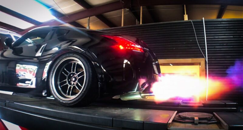 Nissan 370z with test pipes shooting flames